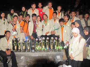 Ini tambahan foto saat perayaan tim UGM sebagai juara umum PIMNAS 2010.