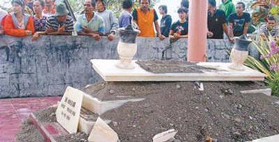 Kondisi makam yang meledak di Tulungagung