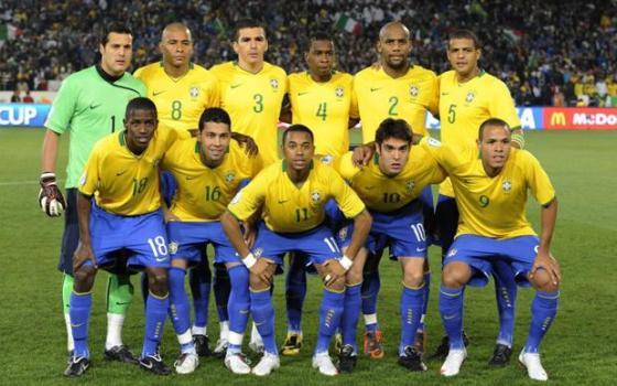 Kostum kebanggaan tim Brazil.