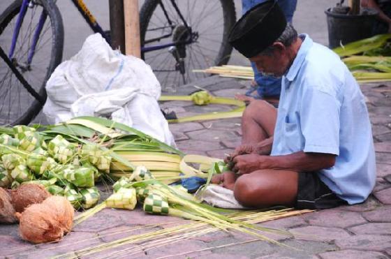Pembuatan selongsong ketupat dari daun kelapa.