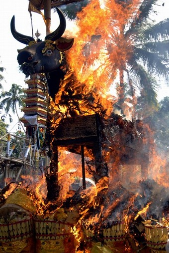 Upacara Ngaben untuk pembakaran jenasah di Bali