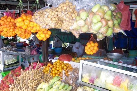 Aneka buah-buahan tersaji di kios rest area highway.
