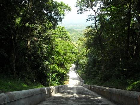 Komplek pemakaman raja Mataram di Imogiri yang hijau.