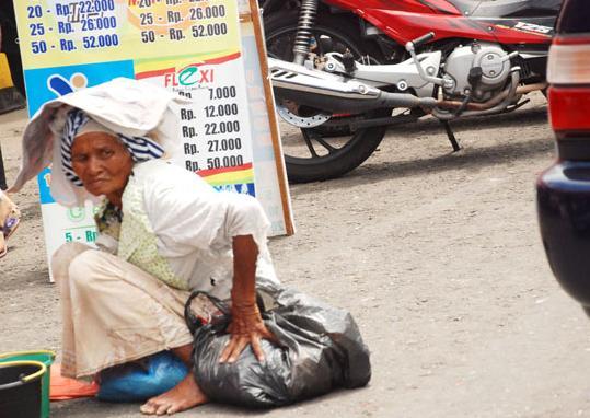 Orang tua yang masih mengandalkan meminta-minta di jalan raya