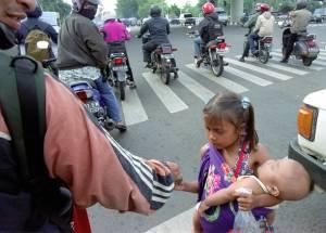 Anak kecil yang sudah diajarkan sebagai pengemis jalanan