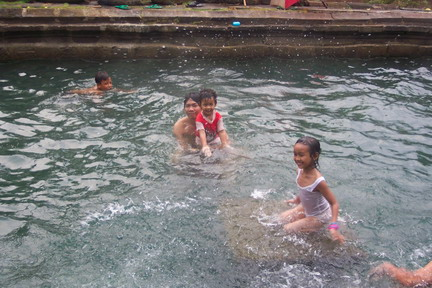 Pemandian air panas di candi Umbul Magelang.