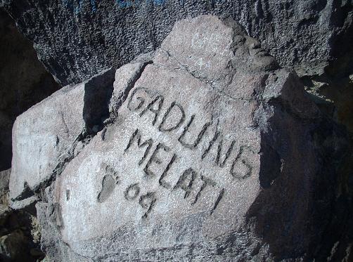 Vandalisme dengan merusak struktur batu.