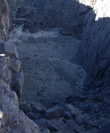Susunan batu membentuk formasi tulisan di kawah mati.