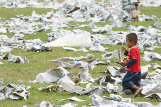 Sampah kertas koran sehabis sholat.