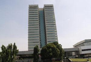 Gedung DPR sebelah kanan yang tampak miring secara perspektif dengan bantuan kamera