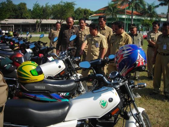Suasana pengecekan kendaraan dinas saat apel upacara di Jombang.