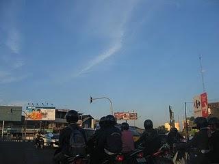 Awan lurus (pertanda gempa ???) di Yogyakarta.