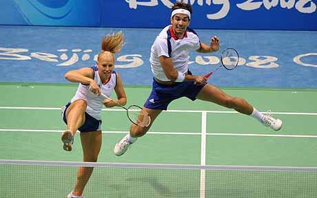 Aksi seru main badminton.