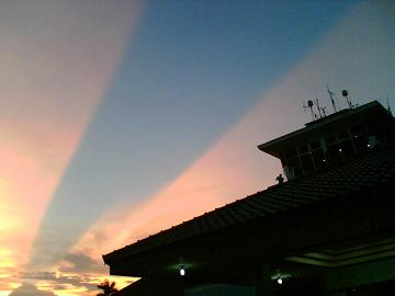 Fenomena bayangan senja yang memberikan pancaran lurus.