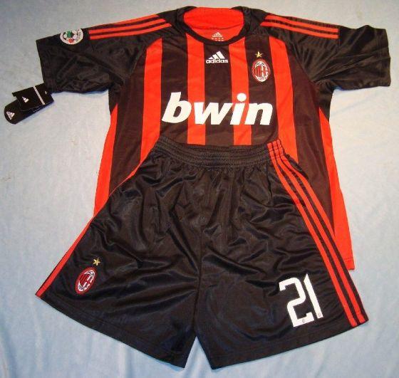 Logo sponsor judi online di jersey AC Milan.