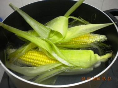 Merebus jagung dengan kulitnya.