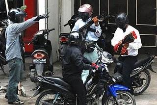 Perampokan di bank dengan membawa senjata dan berhelm cakil.