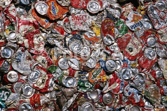 Limbah kaleng minuman untuk didaur ulang.