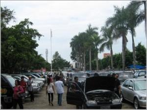 Bursa jual beli mobil bekas di halaman TVRI Yogya setiap hari Minggu.