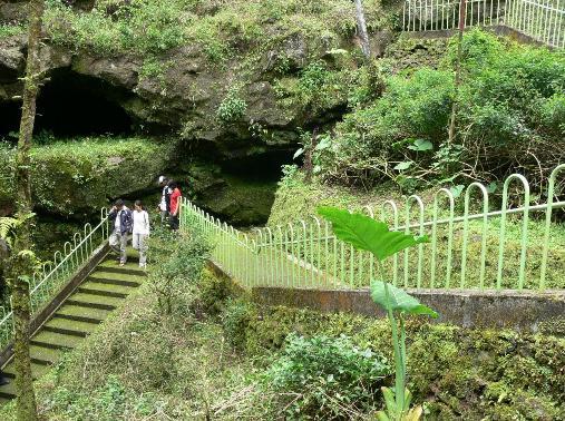 Salah satu sudut pintu gua Lawa.