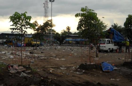 Sampah berserakan seusai pasar malam di Purbalingga.