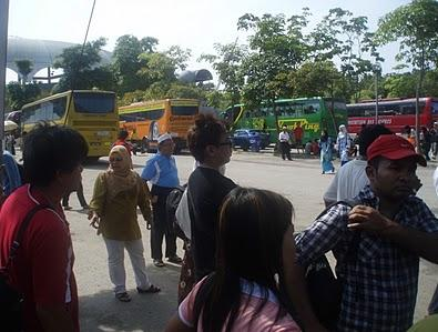 Suasana penumpang yang menunggu bis.