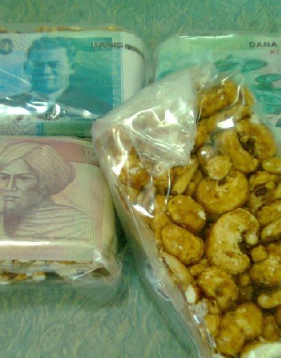 Jajanan brondong jagung dengan bonus uang palsu.