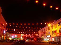 Suasana komplek pasaraya Arau malam hari.