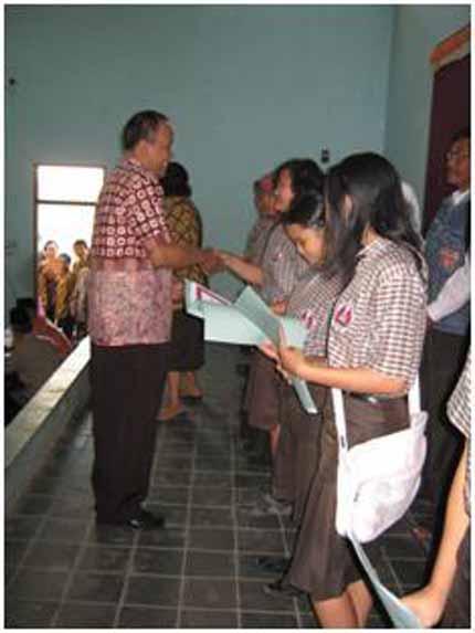 Pemberian ijasah bagi siswa saat kelulusan.