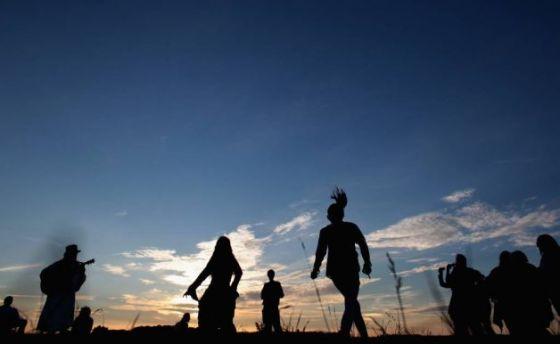 Geliat peserta festival di Stonehenge.