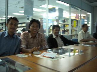 Di perpustakaan universitas.