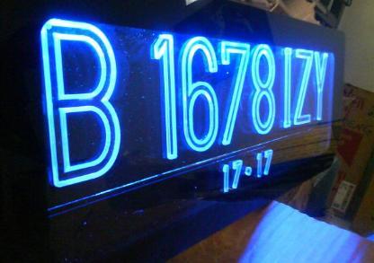 Ini modifikasi plat nomor dengan bahan akrilik.