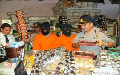 Suasana rasia polisi terhadap penjual roti bekas di Jatim.