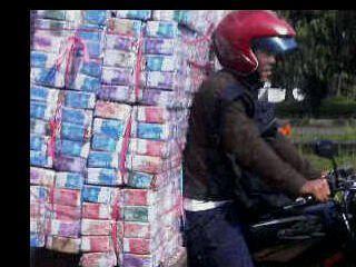 Penjual makanan ringan keliling terlihat membawa uang banyak sekali.