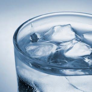 Air kosong tapi ada tidak kosong karena ada es batunya.