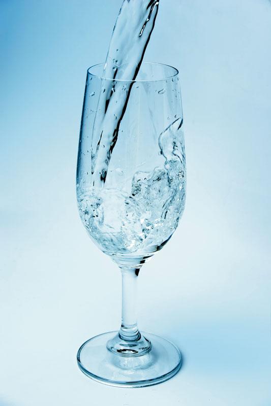 Segelas air bening yang menyegarkan.
