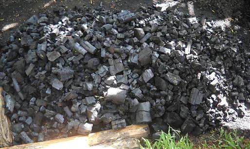 Proses pembuatan arang 3 : Tumpukan arang setelah dibongkar.