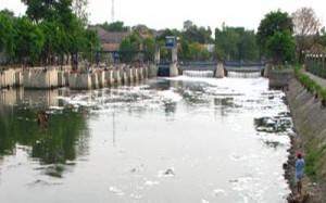 Kali Surabaya yang diduga tercemar oleh sampah pembalut.