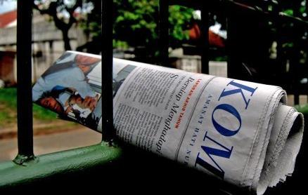 Koran langganan di pagi hari.