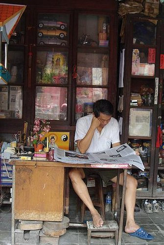 Aktivitas baca koran sudah jadi kebutuhan siapa saja.