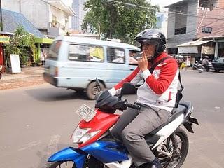 Bermotor sambil tetap merokok (sumber foto : mygreyzone.blogspot.com)