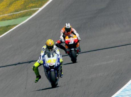 Ini gambar isyarat kaki bahwa Valentino Rossi mau belok apa ya ?