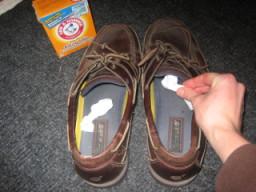 Bubuhkan soda kue di sepatu untuk menghilangkan bau.