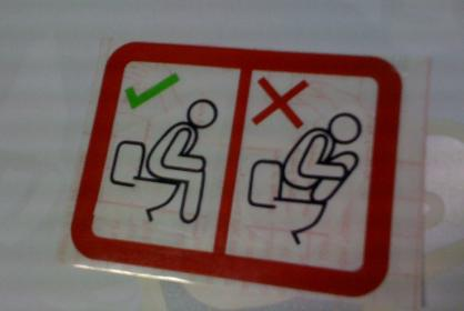 Stiker anjuran penggunaan toilet duduk yang benar.