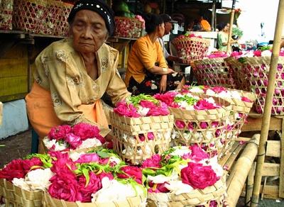 Suasana jual beli bunga mawar untuk nyekar.
