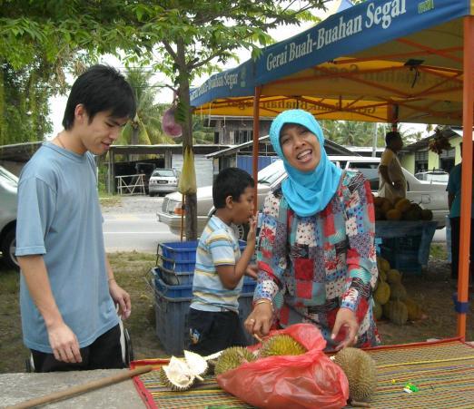 Makan durian di tepi jalan.