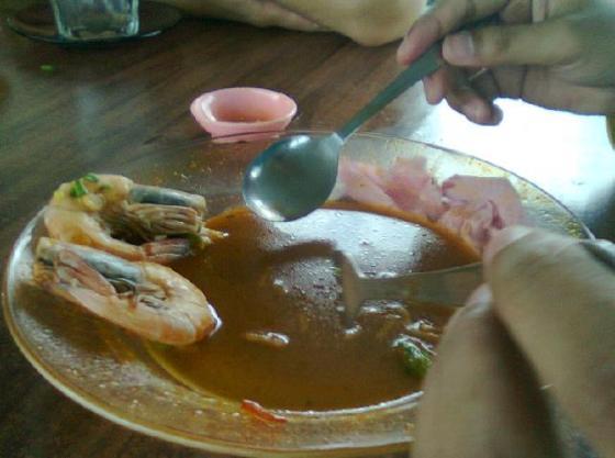 Udang dimakan terakhir sebagai gong penutup.