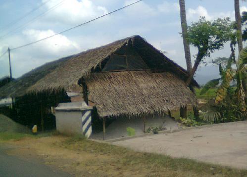 Rumah tobong bata di tepi sawah.