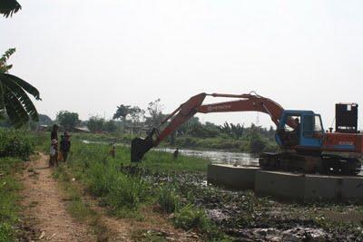 Lumpur sungai jika dibersihkan bisa untuk bahan baku batu bata.