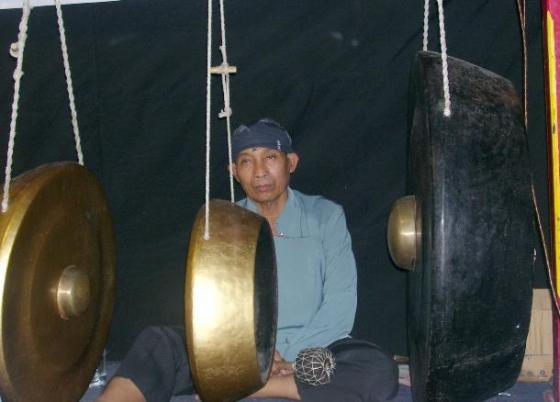 Aksi penabuh gong untuk tutup baris nada....